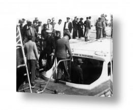 תמונות לפי נושאים חיילים | תל אביב 1937 יורדים לסירה