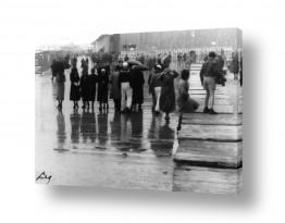 תמונות לפי נושאים מיטריות | תל אביב 1937 הנמל בגשם