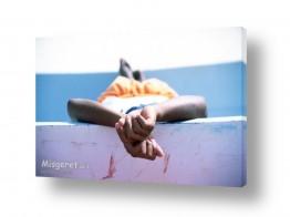 צילומים ניר אלון | שוכב בשילוב ידיים