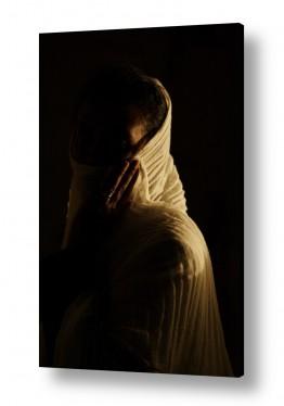 צילומים דת | עומדת בחשכה