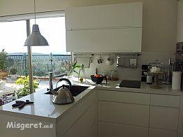 מבט אל המטבח בחלל הלופ