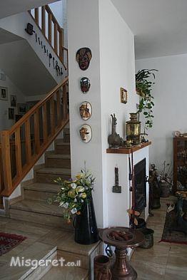 המדרגות לקומה השניה