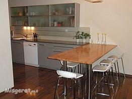 מבט מהסלון על המטבח