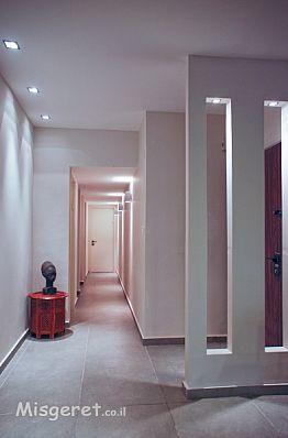 מסדרון כניסה לחדרים